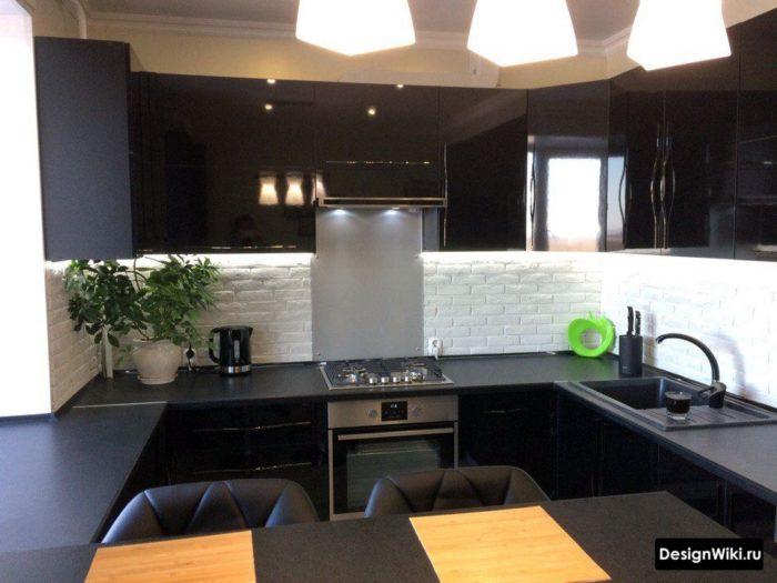 черная п-образная кухня с обеденной зоной у окна