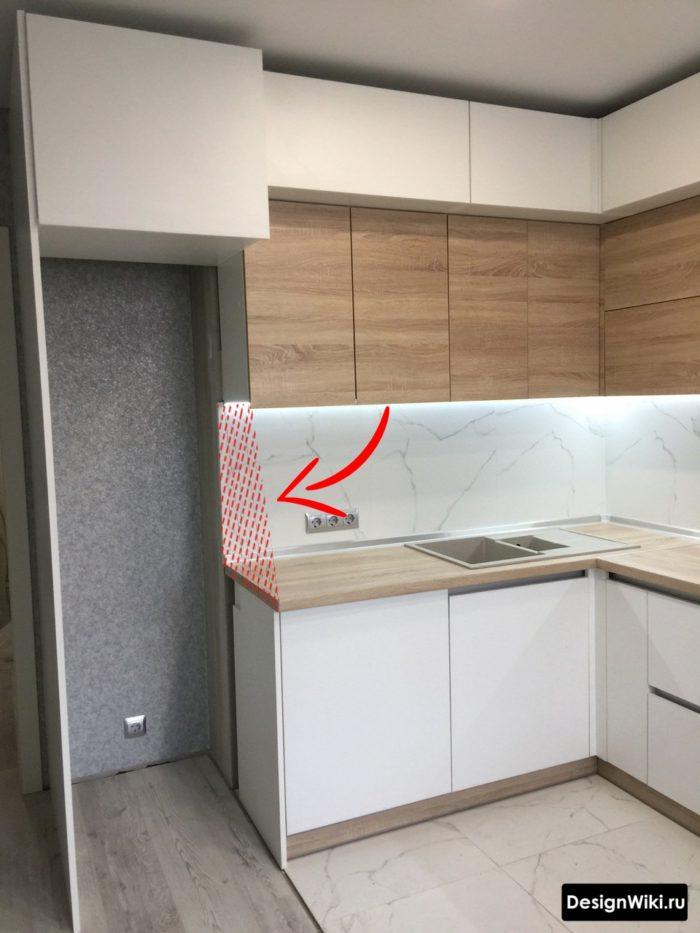дизайн кухни 9 кв.м. со встроенным обычным холодильником