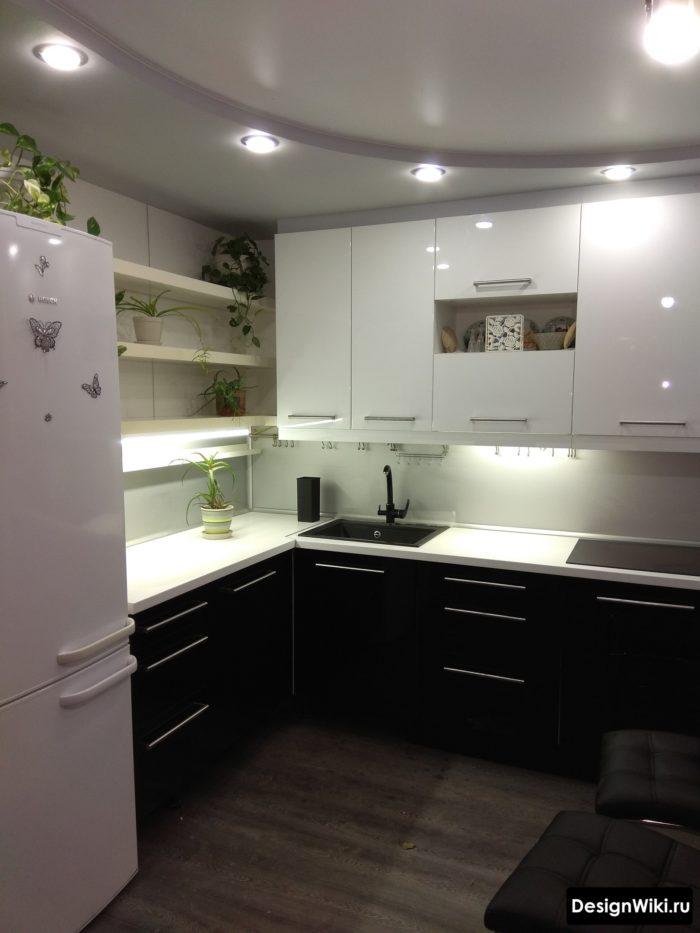 кухня 9 кв м дизайн с холодильником и диваном