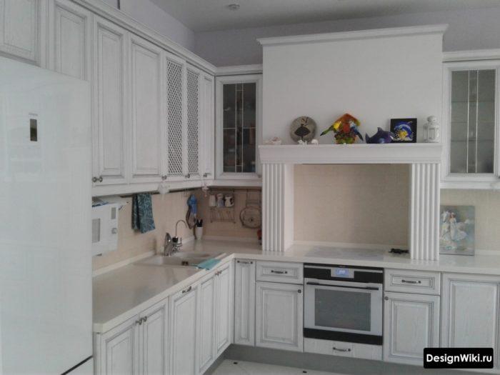 белая кухня классика с порталом