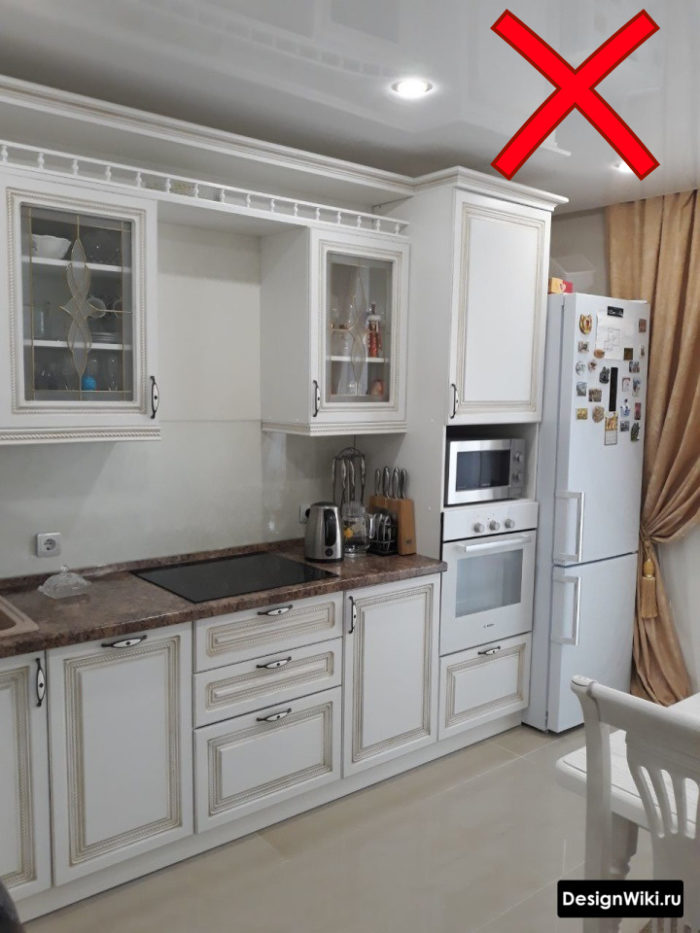 белый глянцевый натяжной потолок в классической кухне