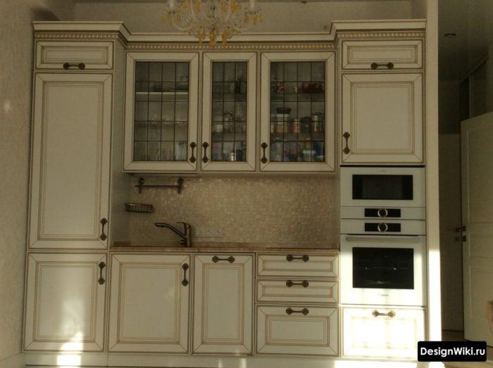 классическая кухня в светлых тонах при дневном освещении