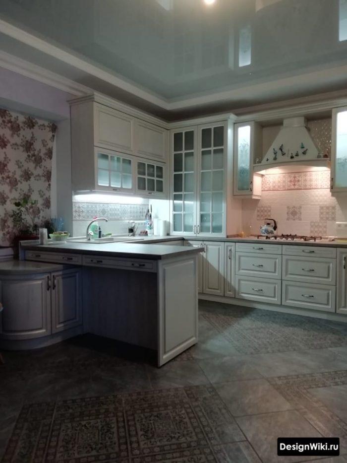 вечернее дополнительное освещение на кухне в классическом стиле