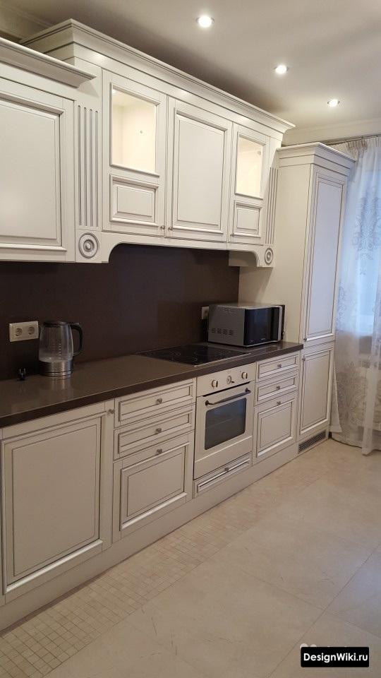 кухня в классическом стиле светлая с большим порталом