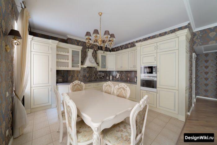 кухня в классическом стиле светлых тонов с обоями с узором — копия