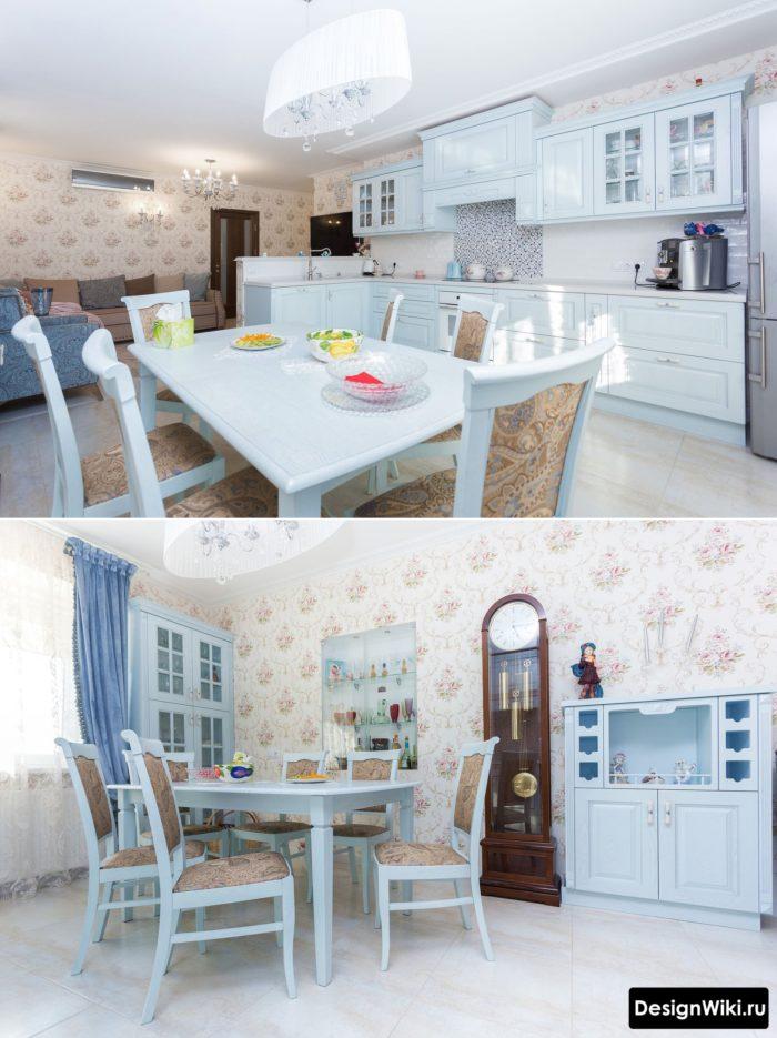 кухня классика с обоями и голубой мебелью