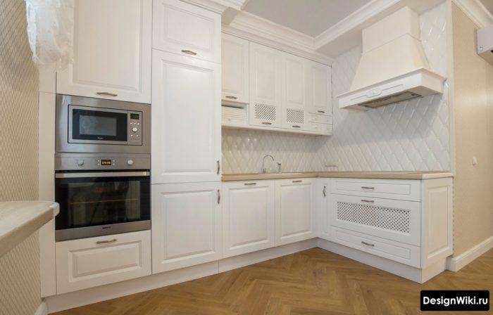 фартук для белой кухни в классическом стиле дизайн