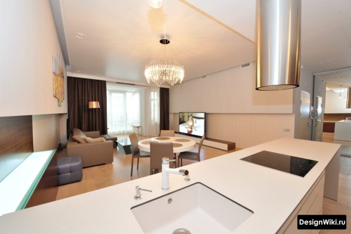 белая кухня-гостиная в стиле хай тек