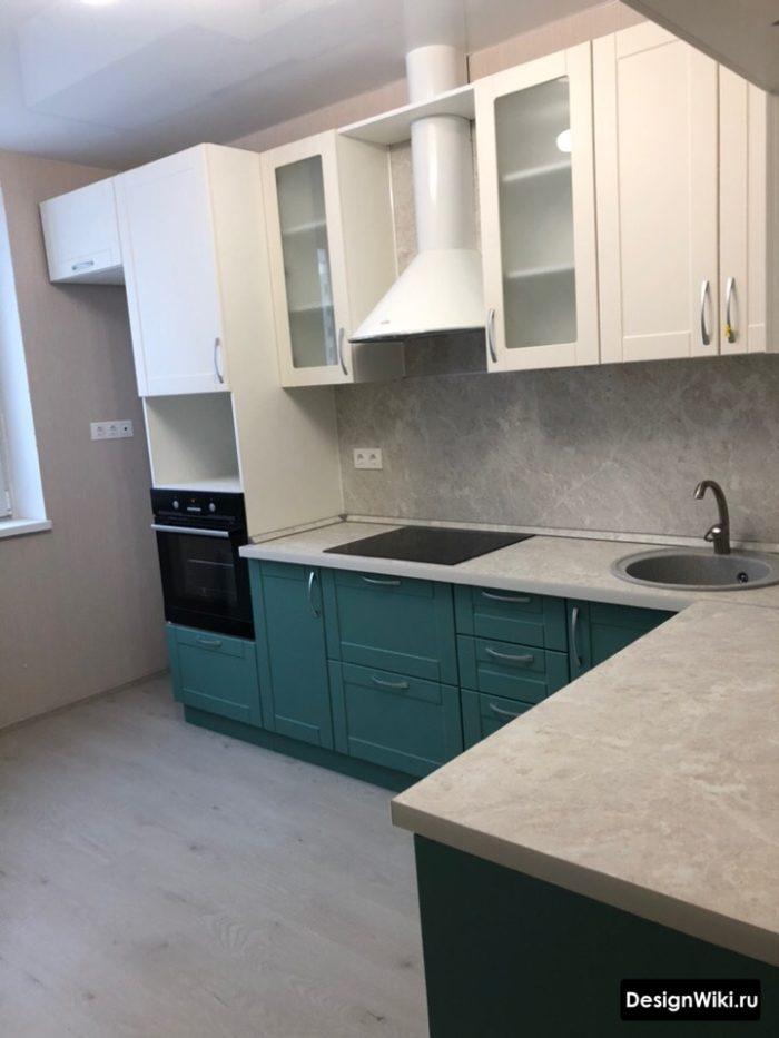 дизайн бело-голубой кухни 10 кв