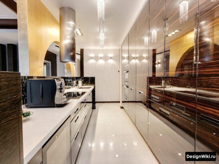 дизайн кухни с глянцевыми фасадами под дерево