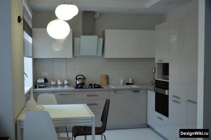 дизайн кухни 10 квадратных метров с холодильником на входе и столом