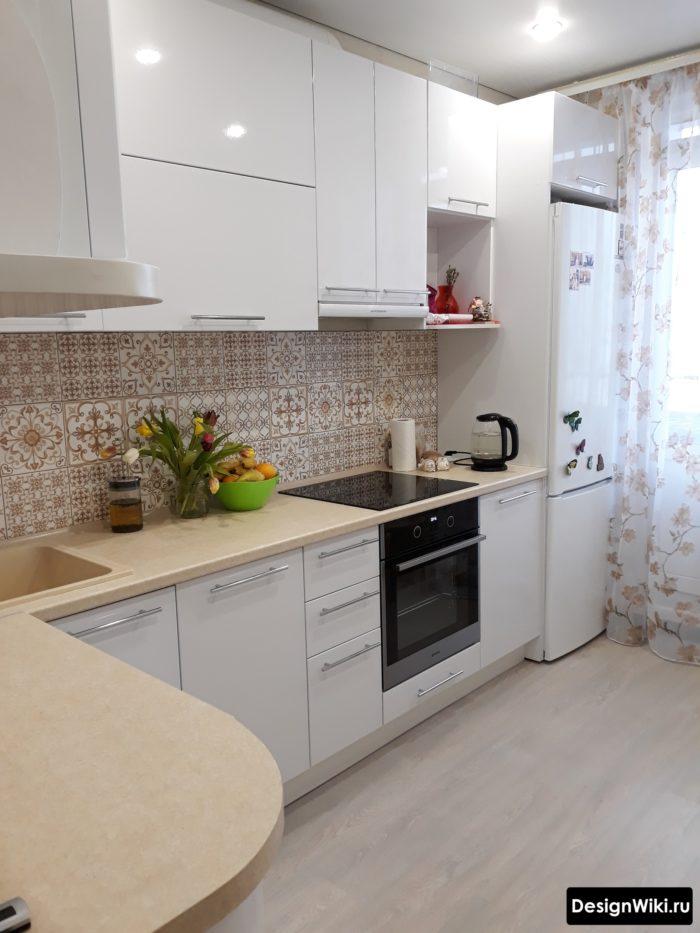 дизайн кухни 10 м2 с балконной дверью