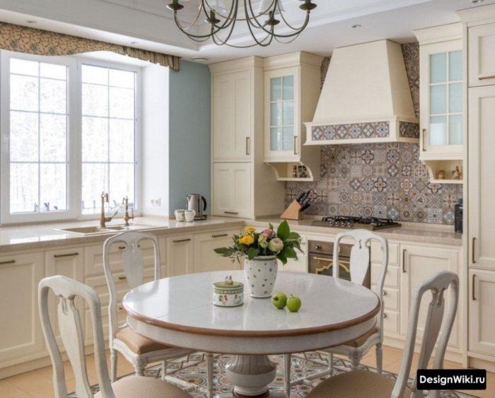 интерьер кухни 10 кв м с подоконником-столешницей в классическом стиле