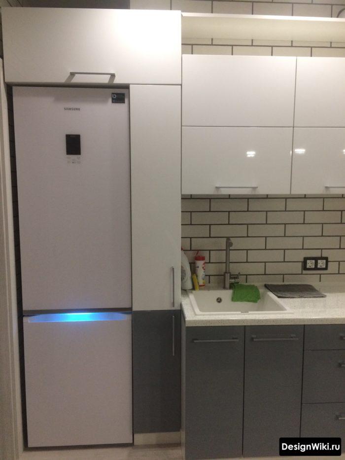 кухня 10 кв метров интерьер со встроенным обычным холодильником