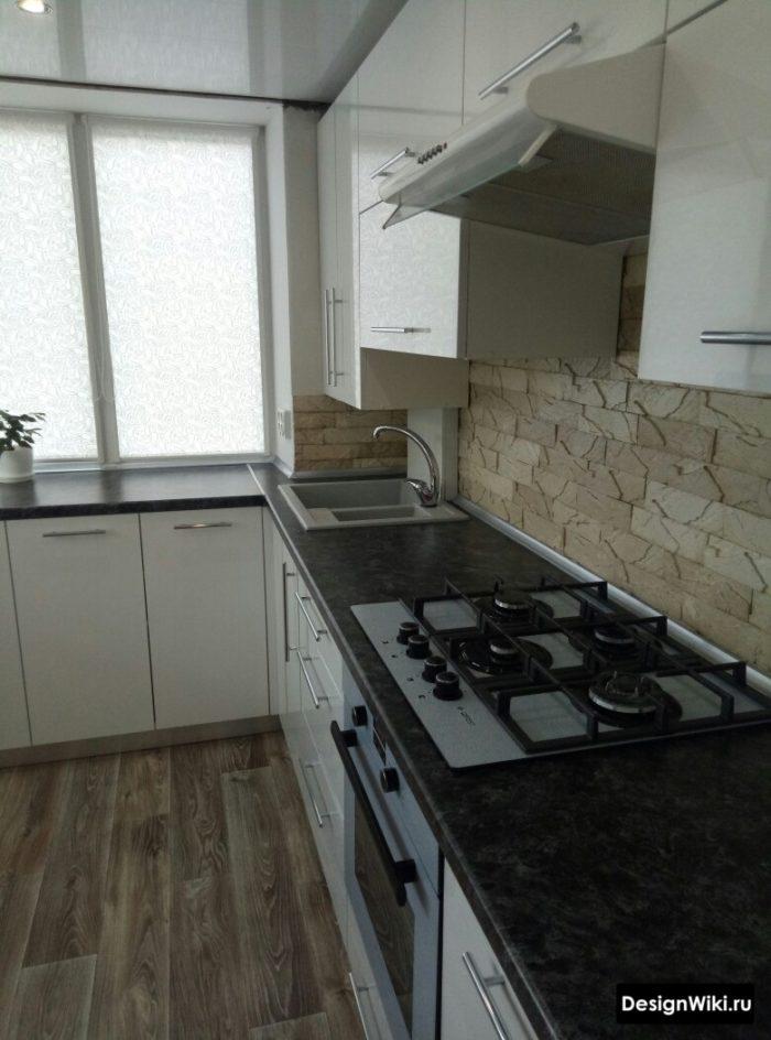 кухня 10 кв метров интерьер с окном и подоконником столешницей