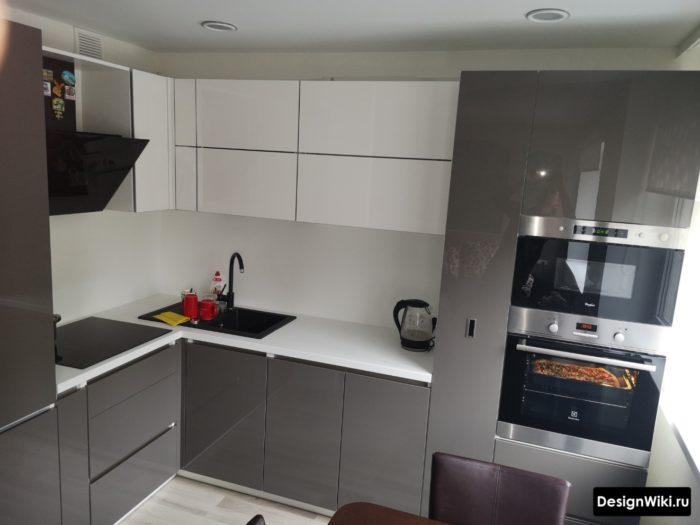 белый фартук в серой кухне