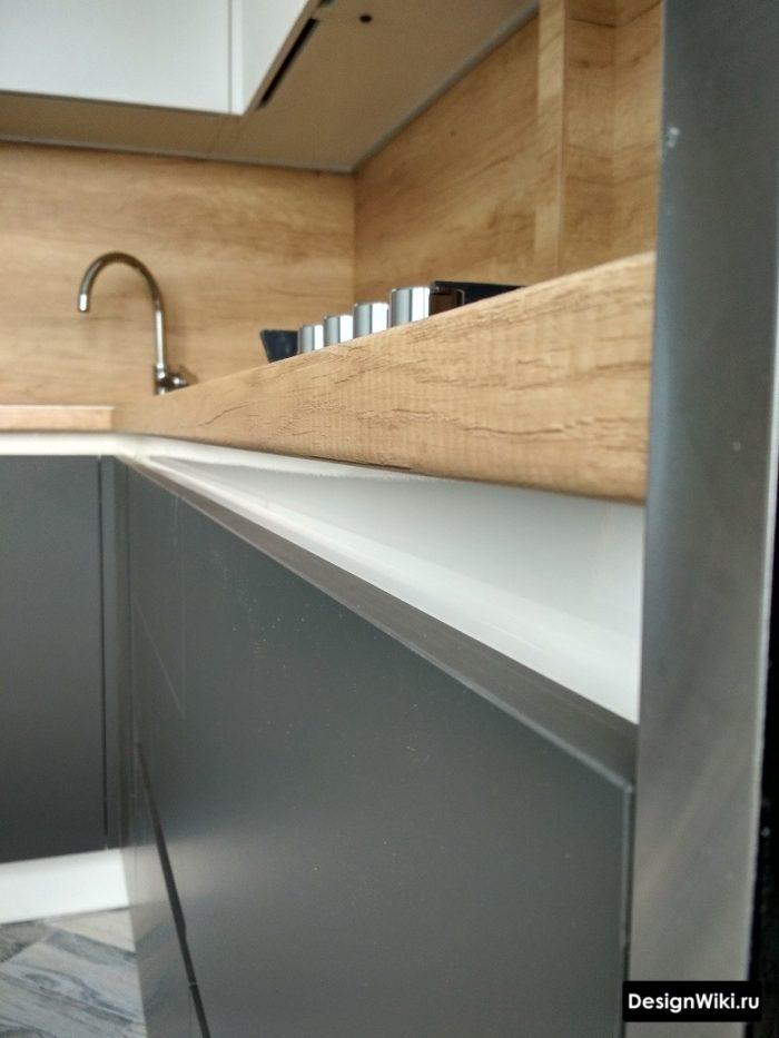 дизайн кухни с серым полом