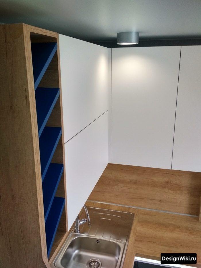 дизайн кухни с серым холодильником