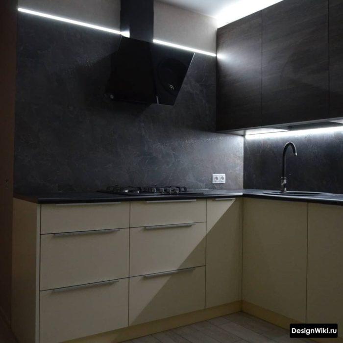 кухня с серым фартуком под мрамор