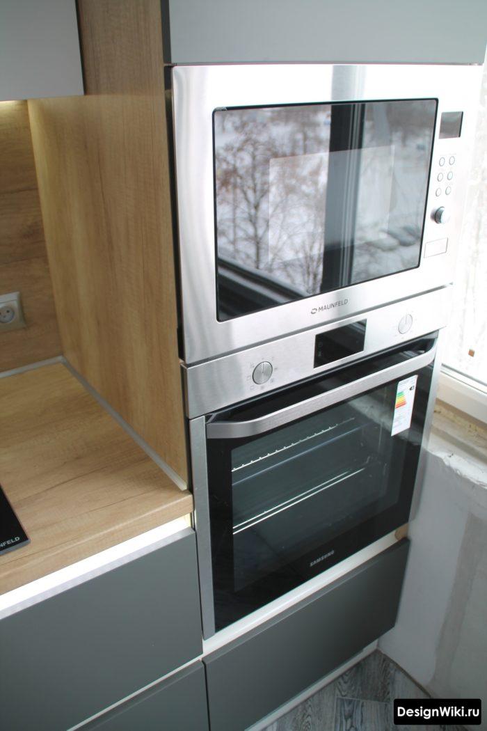 кухня с серым холодильником