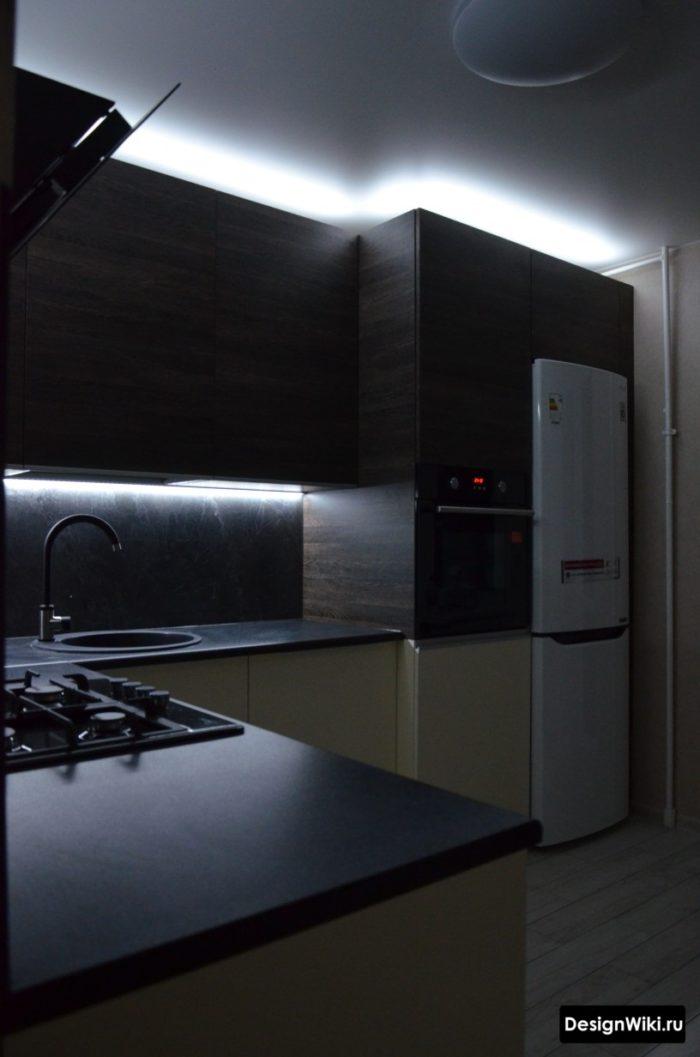 освещение в серой кухне