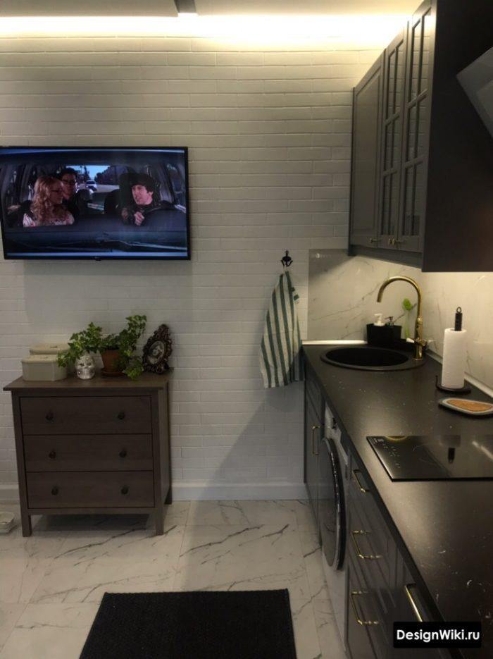 подсветка стены в серой кухне