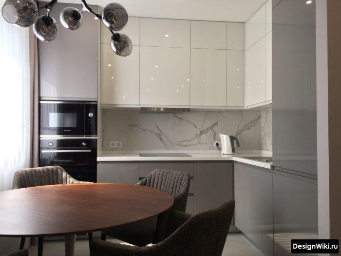 светло серая кухня с белым верхом