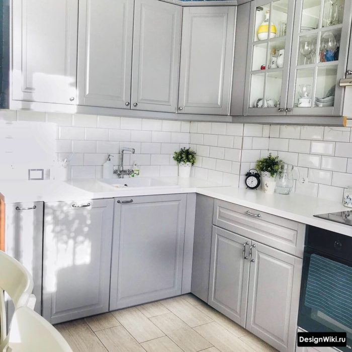 серая кухня с белым кабанчиком на фартуке