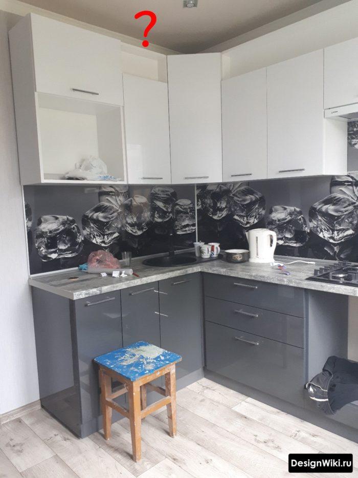 серая кухня с гарнитуром не до потолка