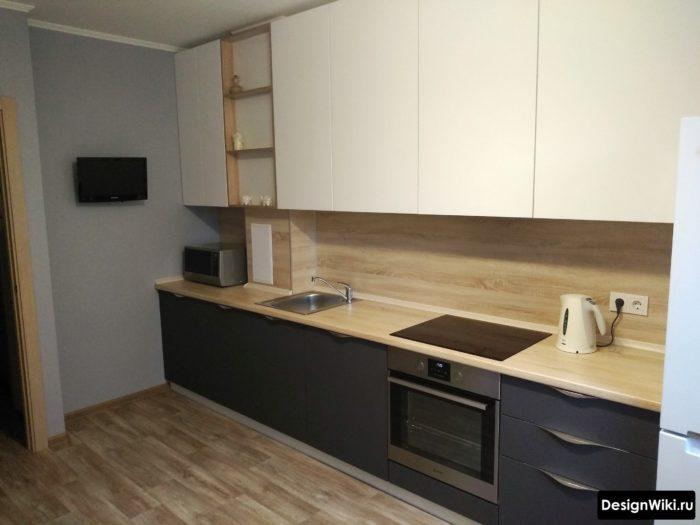 серая кухня с деревянной столешницей и светлым верхом