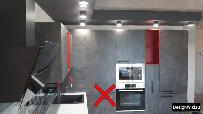серая кухня с красными акцентами