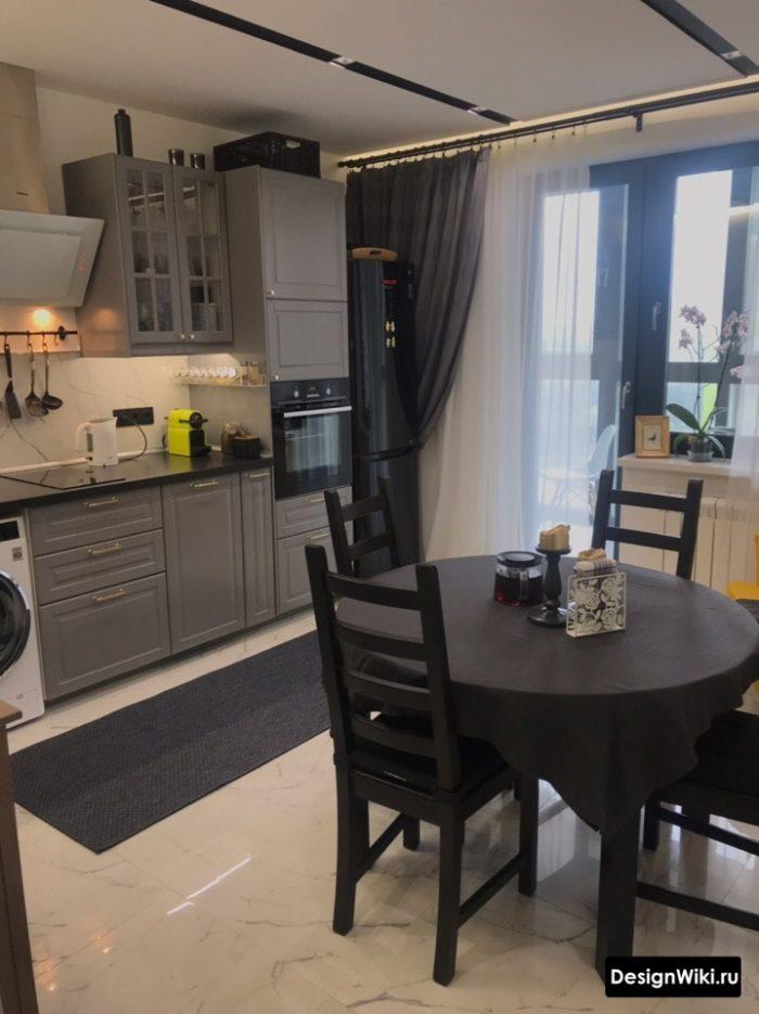 серая кухня с серыми шторами