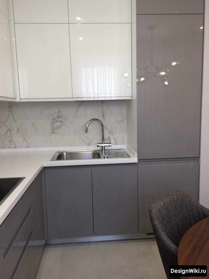 серый глянцевый низ белый верх на кухне