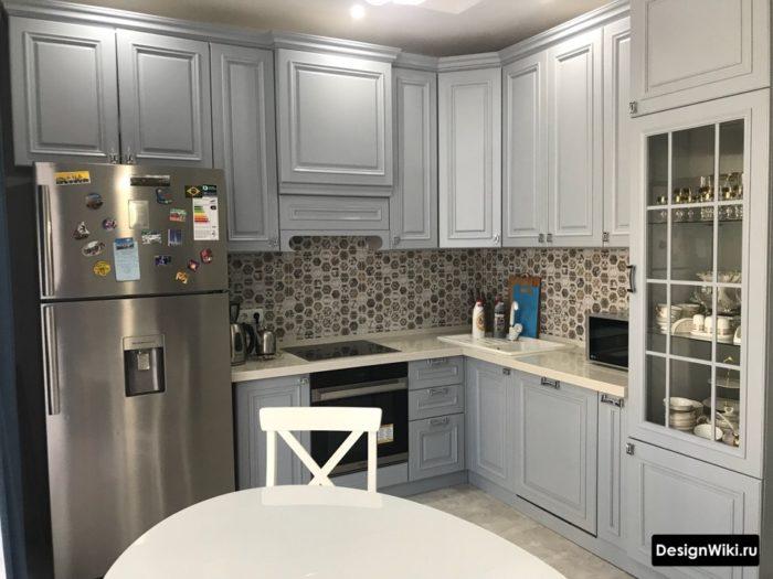 серый холодильник в интерьере кухни