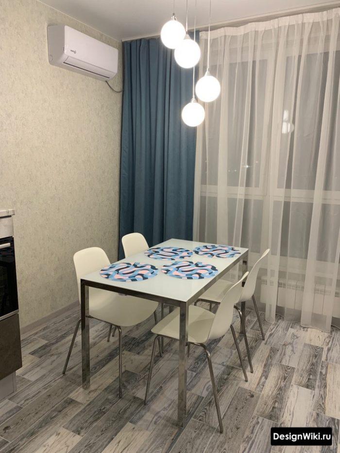синие шторы в серой кухне