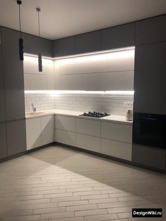 современная серо-белая кухня до потолка