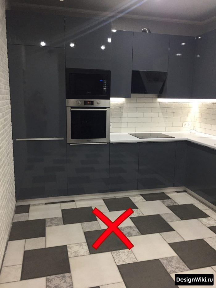 узор плиткой на полу кухни